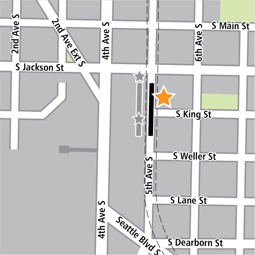 地图中黑色长方形表示位于5th Avenue South上的车站位置,黄色星号表示一个车站的入口区域,灰色长方形表示现有的LINK车站位置,而灰色星号则表示现有的LINK入口区域