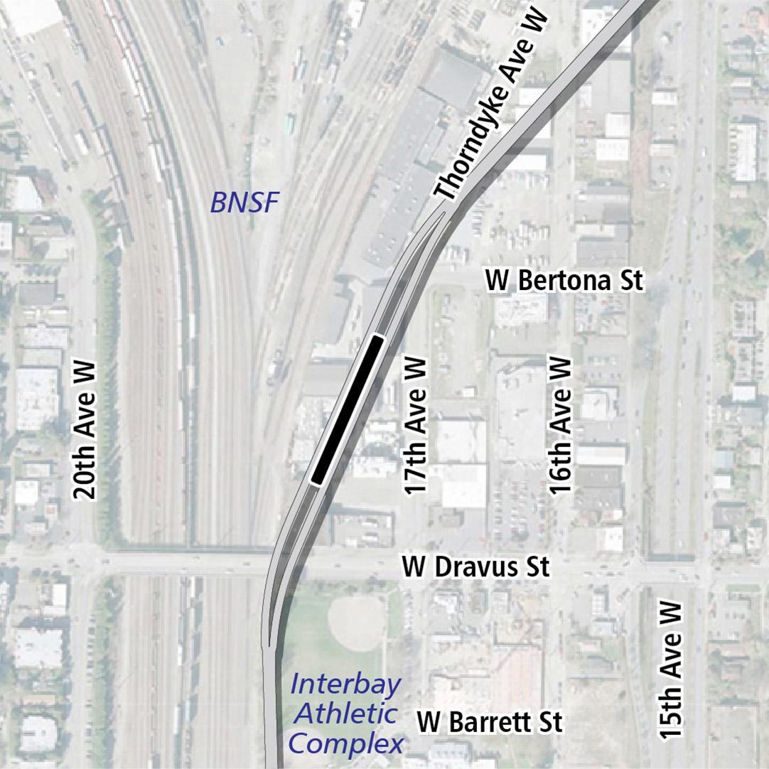 Vẽ bản đồ có hình chữ nhật màu đen biểu thị vị trí trạm ga 17th Avenue West. Nhãn ký hiệu trên bản đồ biểu thị các tuyến đường sắt BNSF và Khu Liên Hợp Thể Thao Interbay gần đó.