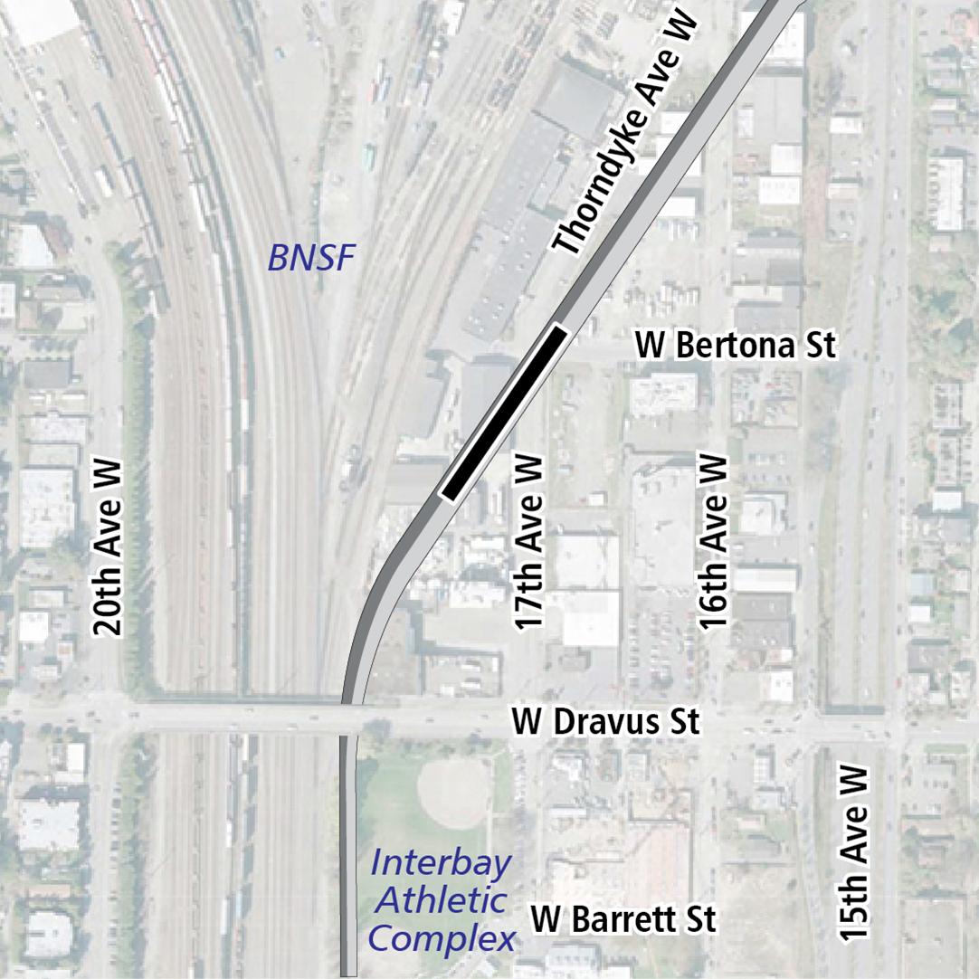 Mapa con rectángulo negro que indica la ubicación de la estación en 17th Avenue West. La etiqueta del mapa muestra las vías ferroviarias de BNSF y el Complejo Deportivo de Interbay en las cercanías.