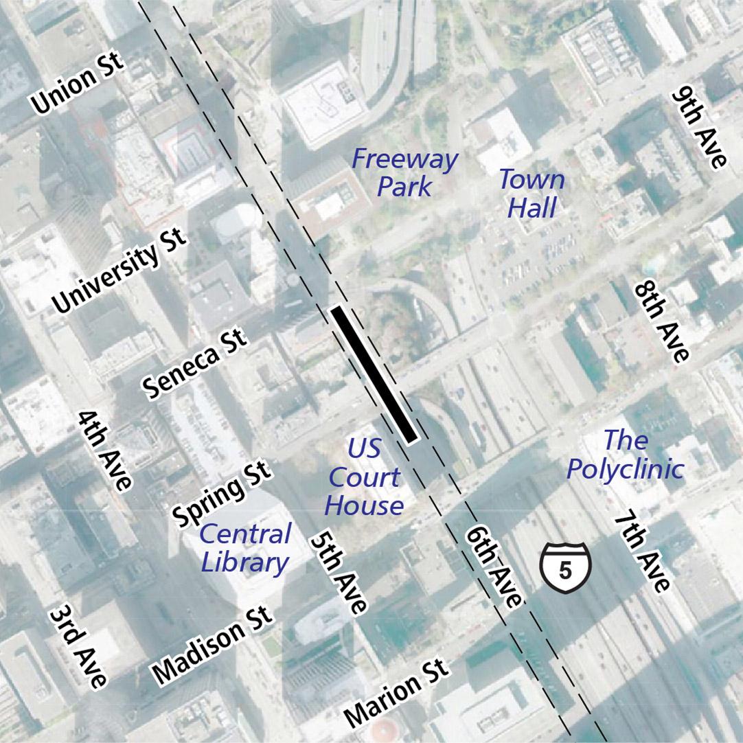 Vẽ bản đồ có hình chữ nhật màu đen biểu thị vị trí trạm ga 6th Avenue. Nhãn ký hiệu trên bản đồ biểu thị Tòa Án Hoa Kỳ, Thư Viện Trung Tâm, Freeway Park và Tòa Thị Chính gần đó.