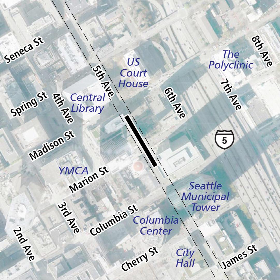 地圖上以黑色長方形標明位於5th Avenue上的車站位置。地圖標籤顯示附近有美國法院大廈 (United States Courthouse)、中央圖書館 (Central Library)、YMCA、The Polyclinic、Columbia Center、Seattle Municipal Tower 和市政廳。